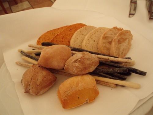 varie tipologie di pane e grissini