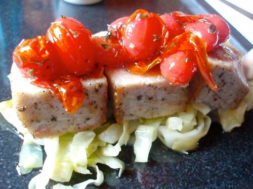24 - Tonno scottato con pomodorini e cavolo verza